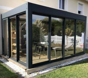 pergola bioclimatique fermée avec baie vitrée