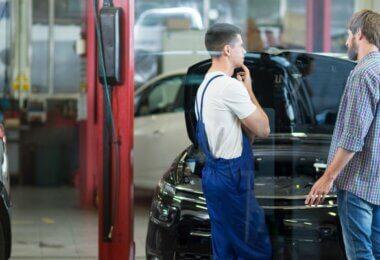 Mécanicien qui discute avec un client